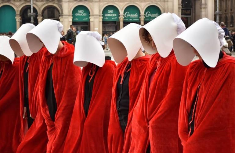 Donne con abito rosso e paraocchi